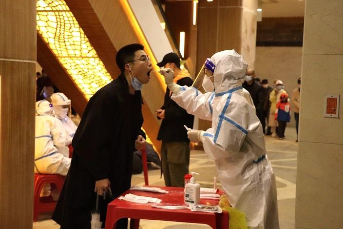 醫護人員為居民進行核酸檢測。