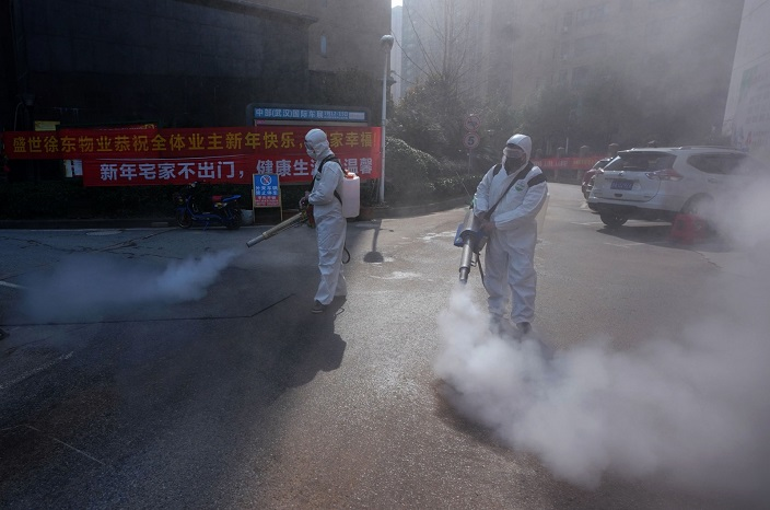 2020年武漢疫情爆發期間,工作人員在居民社區進行消毒。