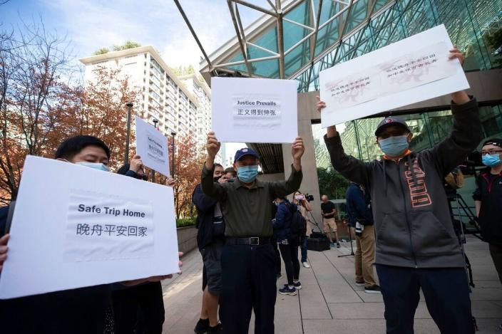 聲援孟晚舟的民眾在法院外展示標語。AP圖片