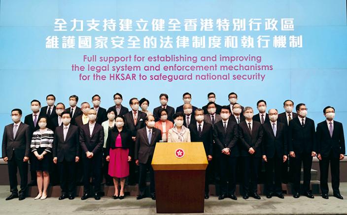 劉兆佳透露,中央不滿現屆特區政府官員在過去幾年香港的大是大非問題上,態度閃閃縮縮。