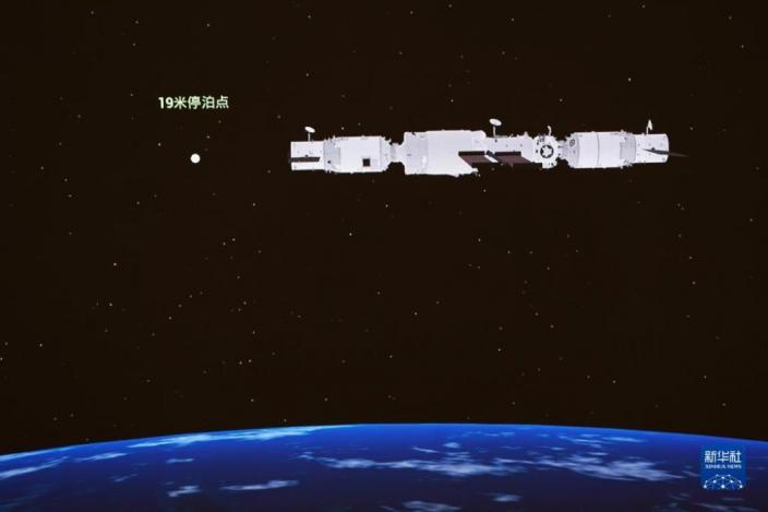 9月20日在北京航天飛行控制中心大屏拍攝的天舟三號貨運飛船與在軌運行的空間站組合體交會對接。