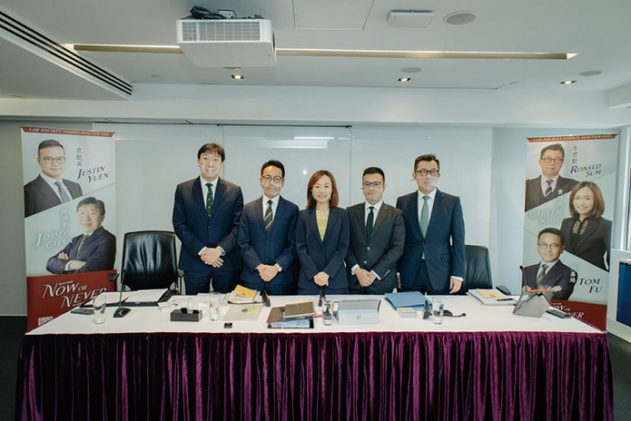 (右起)岑君毅與袁凱英、黃巧欣、傅嘉綿、陳國豪組成五人名單宣布參選。資料圖片