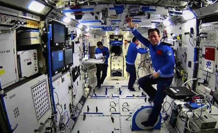 航天員在太空站踩健身單車。