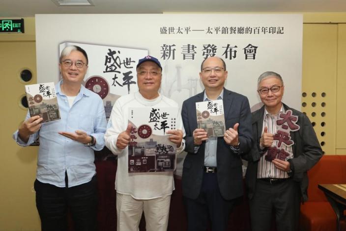 徐錫安(右2)、專欄作家李純恩(左1)、體育界人士黃興桂(左2)、粵劇名伶阮兆輝(右1)各自分享與餐廳之間的淵源。