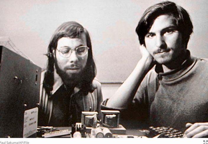 喬布斯(右)與沃茲尼亞克(左)攜手創業。資料圖片