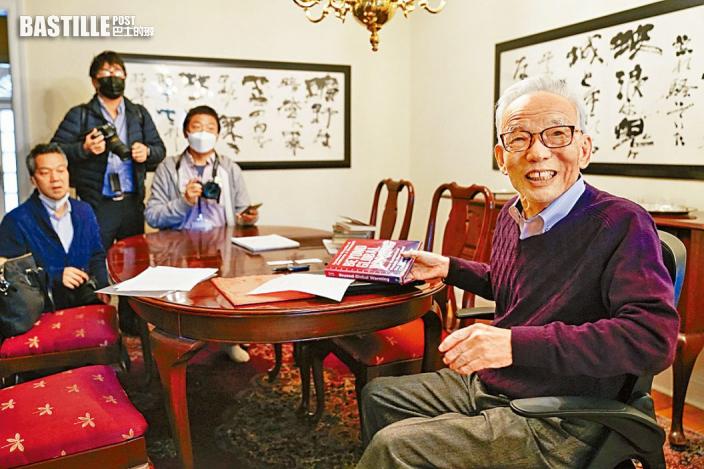 真鍋淑郎(右)接受記者採訪。