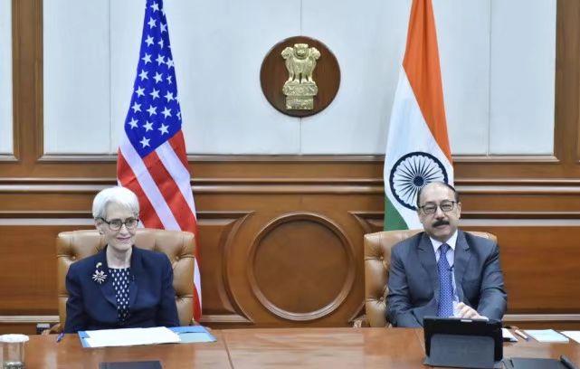美國常務副國務卿謝爾曼(左)與印度外交秘書斯林格拉(右)會面。圖自謝爾曼推特