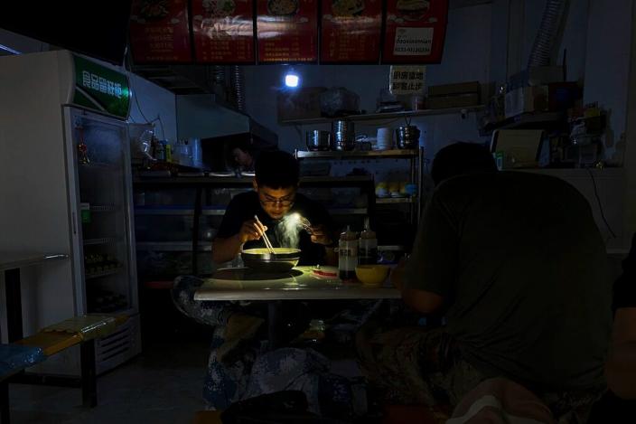 近期一些地方出現拉閘限電,給正常經濟運行和居民生活帶來影響。AP圖片