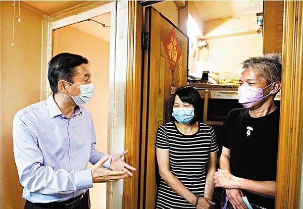 中聯辦主任駱惠寧探訪籠屋戶。資料圖片