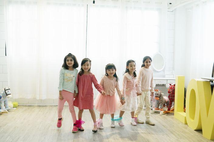 「五個小孩」體驗兒童禮儀課程。
