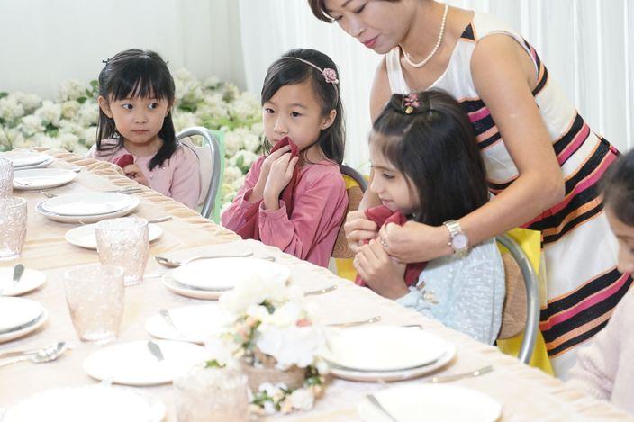 「五個小孩」學做溫柔小淑女。