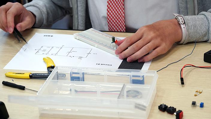 參加者需要跟據電路圖的指示,在電路板上砌出正確的電路。