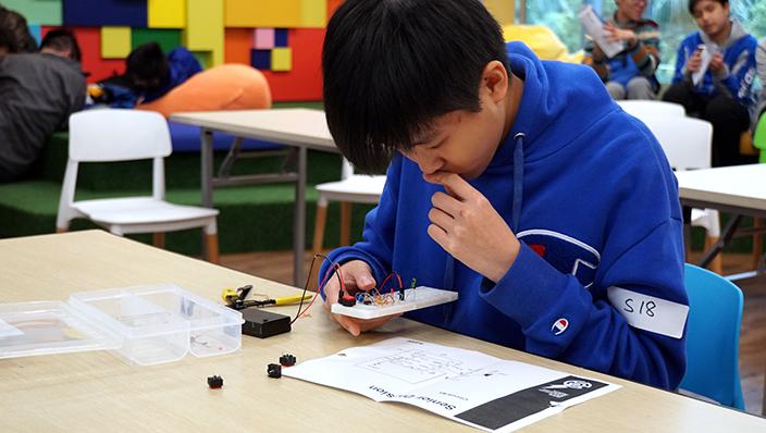 林玉琳同學正在埋頭苦幹地研究電路板是否建構正確。