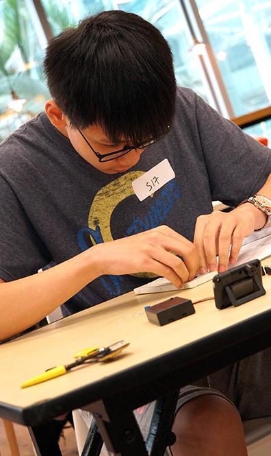 黎曉陽同學說自己砌電路時非常仔細,因此電路板十分簡潔,最後成功獲得最佳設計獎。