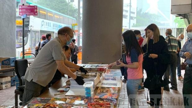 金鐘站外多名市民排隊購買《蘋果日報》。(連漪婷攝)