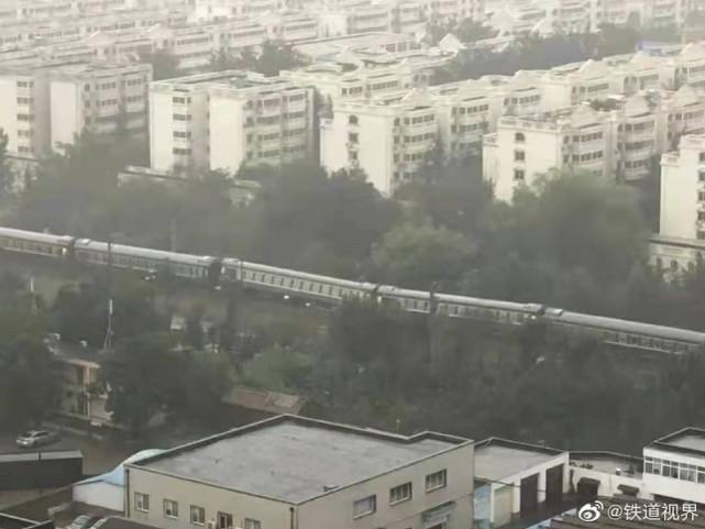 鄭州暴雨致路基下沉,一開往廣州的列車發生傾斜!