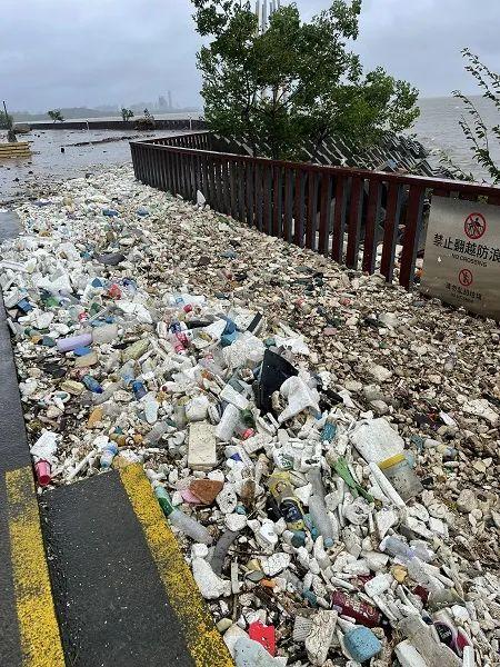 颱風「煙花」過境後 上海千米江堤變垃圾堆場