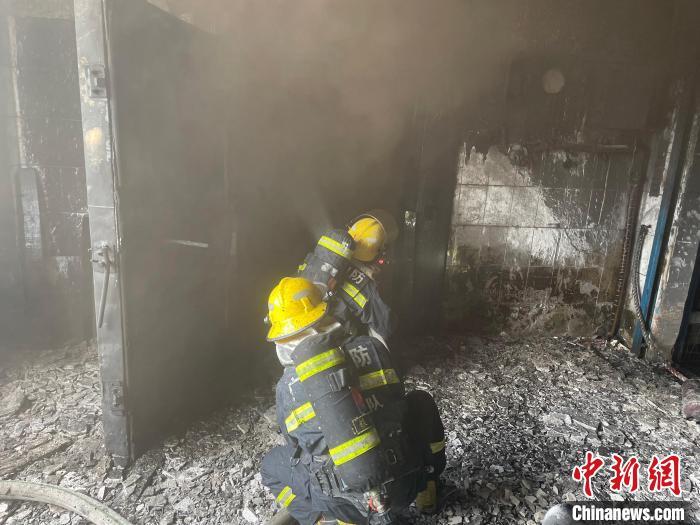 廣西北海僑港鎮一冷凍倉庫起火 現場濃煙滾滾