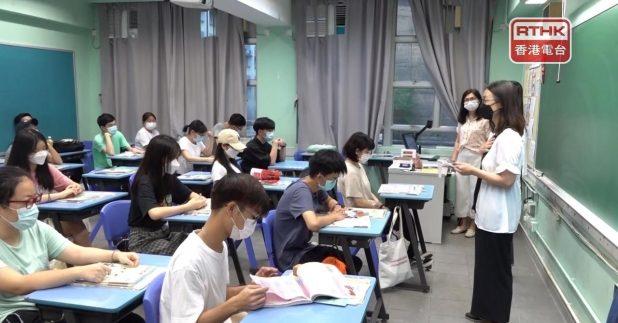 在深水埗區一間中學,考生早上返回學校領取成績單。(郭志強攝)