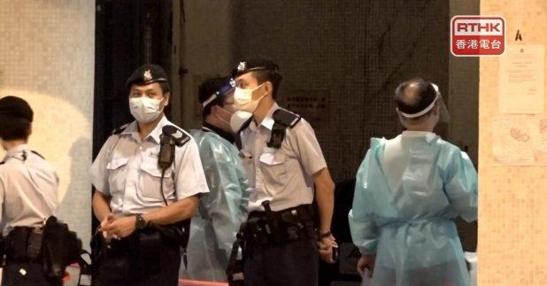 由於這名女患者,於六月三十日至七月十二日期間在港居住,當局晚上將屯門恒順園第六座,列為「受限區域」,大廈居民要強制檢測。