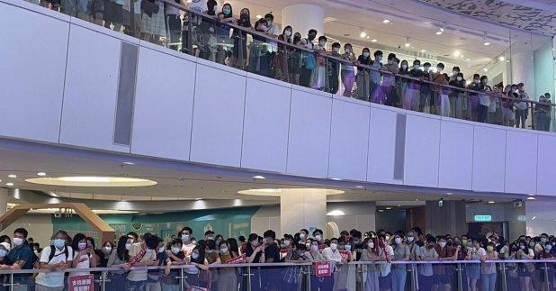 大批市民於觀塘一個商場觀看賽事直播。(實習記者胡志城攝)