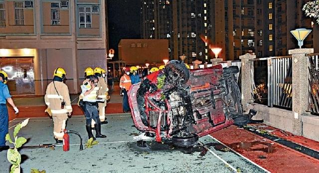 「無制動」的士  破欄衝落山坡毀兩車