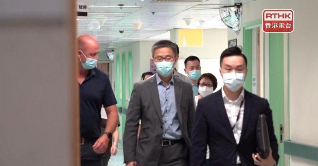 蕭澤頤下午到醫院探望受傷警務人員。(陳映蓉攝)