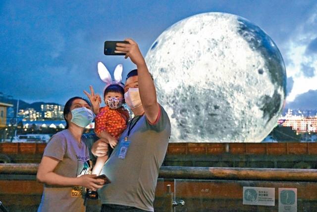 「巨月」燈飾現多區 勢成打卡熱點  近距攬月慶中秋