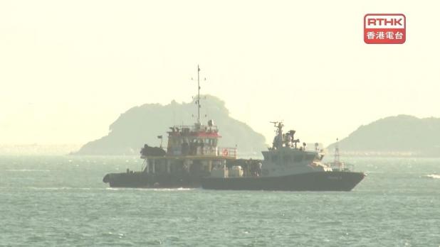 當局人員在海面搜救一名墮海的女警。(梁禎祥攝)