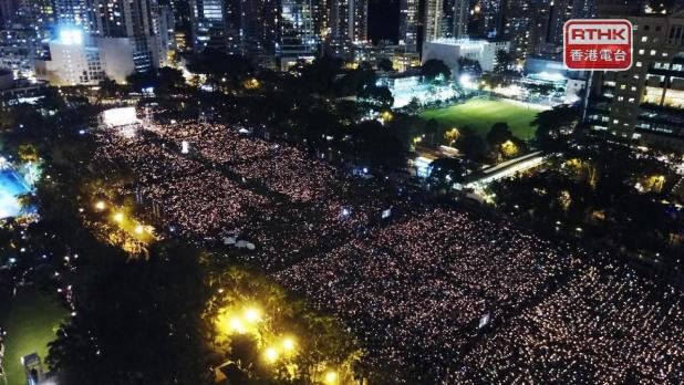 自1990年開始,連續30年,維園都舉行燭光晚會。六四三十周年當晚,大會稱有超過18萬人參與,警方表示高峰時有3萬7千人。(港台圖片)